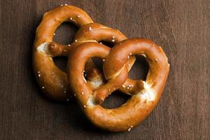 dois pretzel da Baviera típico em um fundo marrom foto