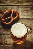 cerveja e pretzel foto