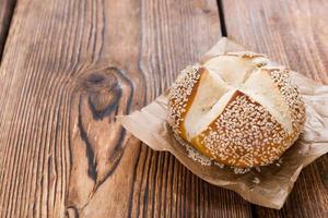 rolo de pretzel com gergelim