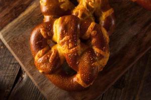 pretzels macios alemães de queijo foto