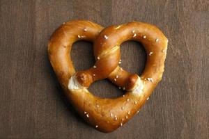 pretzel tradicional da Baviera, formado como um coração foto