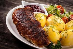 filé de pato grelhado, batatas cozidas e salada de legumes