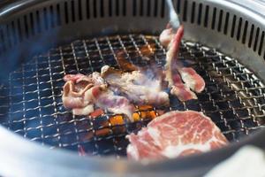 closeup de carne em uma churrasqueira ou churrasco foto