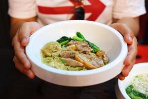 sopa chinesa de macarrão e wonton com carne de pato foto