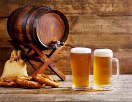 copos de cerveja com barril de madeira