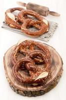 pretzels em estilo rústico em uma placa de madeira foto