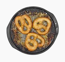 pretzels macios salgados na panela foto