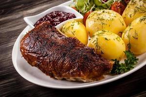 filé de pato assado, batatas cozidas e salada de legumes