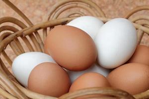 ovos em uma cesta foto