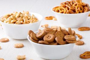 biscoitos salgados e doces em pequenas tigelas