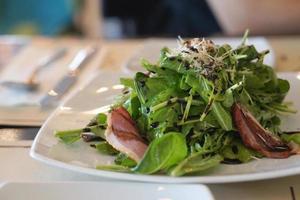 salada de rúcula com pato assado foto