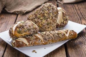 alguns rolinhos de pretzel com sementes foto