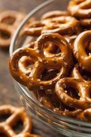 mini pretzels orgânicos marrons com sal foto