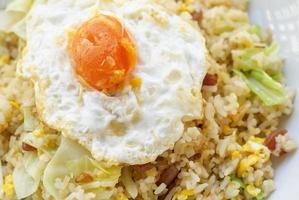 arroz frito com linguiça chinesa e gema de ovo salgada