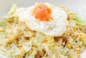 arroz frito com linguiça chinesa e gema de ovo salgada foto
