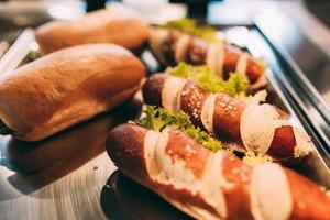 sanduíches e pãezinhos com linguiça foto