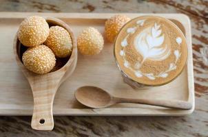latte art café e doces ovos cisne foto