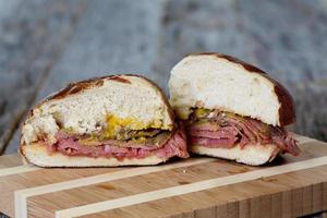 sanduíche de bife de flanco com pão de pretzel e mostarda foto