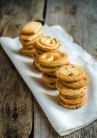 biscoitos de manteiga, dispostos em uma linha