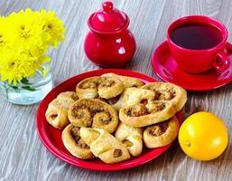 biscoitos num prato vermelho