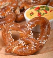 pretzel de estilo alemão recém-feito com uma pasta de queijo cheddar foto