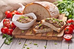 pão de centeio tradicional com patê. foto