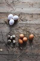 ovos em fundo de madeira foto