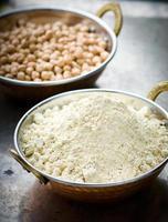 farinha de grão de bico na tigela de cobre indiano foto