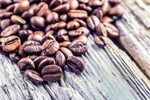 grãos de café sobre fundo de madeira grunge. foto