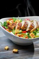 salada caesar quente e fresca foto