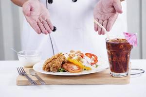 salada de frango frito com cola foto