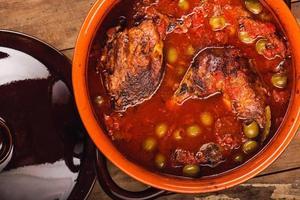 close-up de ensopado de frango com azeitona foto