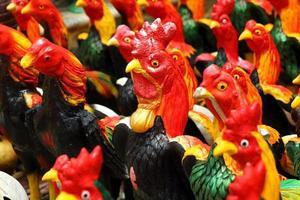 estátua de galinhas na corte do rei naresuan foto