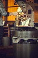 torrefadora de café em ação foto