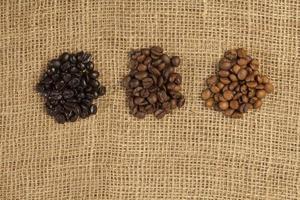 diferentes graus de torrefação de grãos de café