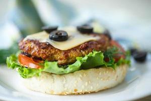 hambúrguer saboroso com alface e tomate foto