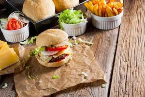 hambúrguer com batatas fritas. foto