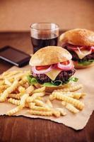 hambúrguer de queijo moído com batatas fritas e cola foto