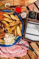 prato grande com asas de frango frito foto