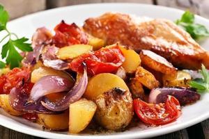 legumes assados com carne de frango