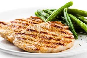 carne grelhada e feijão verde