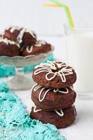 rosquinhas de chocolate com glacê branco foto