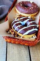 dois donuts de chocolate com nozes foto
