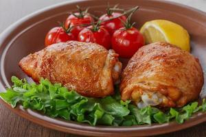 coxa de frango assada com tomate cereja e limão