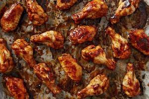 asas de frango com molho sriracha
