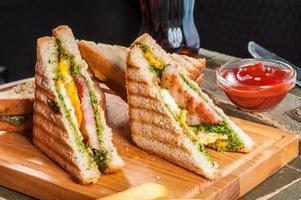 sanduíches grelhados com frango e ovo