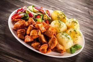 kebab - carne e legumes grelhados foto