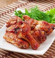 asas de frango assadas no estilo asiático foto