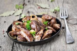 fígado de frango na frigideira foto