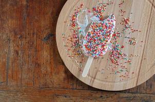 sorvete com cobertura de granulado de arco-íris foto